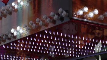luces led de diversión intermitentes moradas y blancas en un fairgound