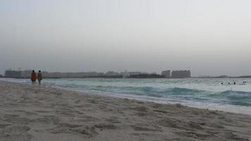 Emirati Arabi Uniti sera d'estate dubai palm beach a piedi baia 4k video