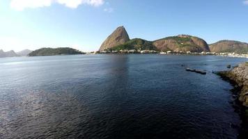 vista aérea do pão de açucar e da baía do botafogo no rio de janeiro, brasil