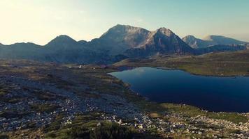 vista panoramica del picco kamenitsa e del lago tevno, montagna pirin