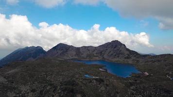 vista panorámica del pico kamenitsa y el lago tevno, montaña pirin
