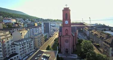 Veduta aerea della Chiesa Rossa a Neuchatel, Svizzera video
