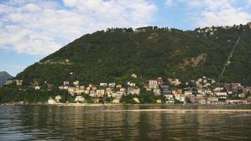 Italia día de verano famoso como lago pueblo montaña panorama 4k