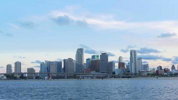 EUA miami centro por do sol céu água frente panorama da cidade 4k video