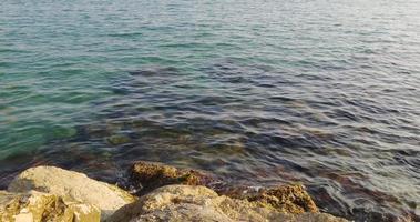 onde blu del Mar Mediterraneo e fondo 4K Spagna video