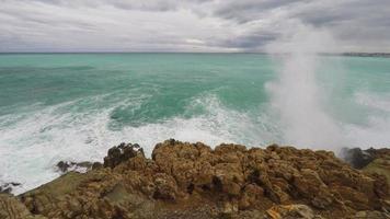 Panoramablick auf Küste und Strand