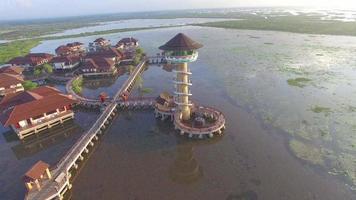 torre de observación de aves en el pantano