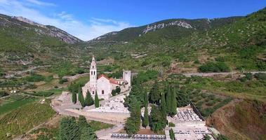 vista aérea da igreja st. nicolas em komiza, croácia