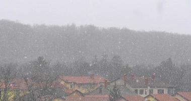 Gros plan de véritables fortes chutes de neige naturelles