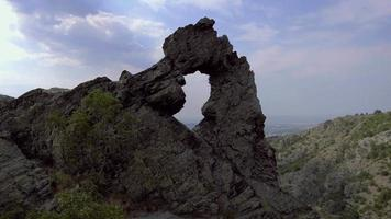 """veduta aerea della formazione rocciosa """"halkata"""" nel parco """"pietra blu"""" montagna, bulgaria video"""