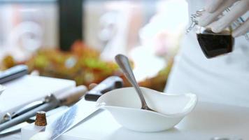 cucchiaio mescola il liquido nella ciotola.