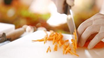 pedacinhos de cenoura fresca. video