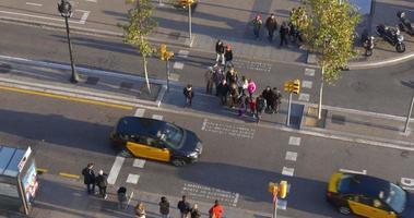tráfego rodoviário de pedestres vista superior do telhado da rua 4k barcelona espanha