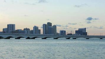 eua verão pôr do sol miami centro da cidade ponte água panorama 4k video