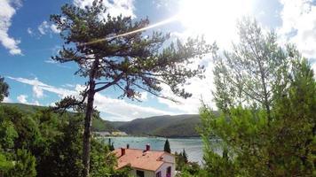 lapso de tempo: paisagem mediterrânea croata com nuvens no céu