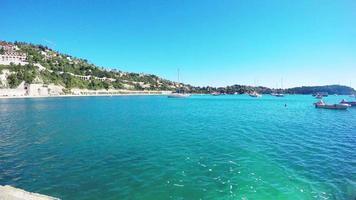 Panoramablick auf Küste und Strand mit blauem Himmel, Luxusresort und Bucht mit Yachten, schöner Hafen, Villefranche-sur-Mer, schöne Cote d'azur, französische Riviera.