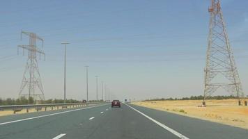 vae hete dag road trip woestijnverkeer 4k
