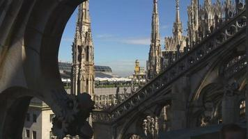 Italia día soleado Duomo Catedral decoración en la azotea vista lateral 4k Milán video