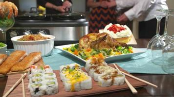 Tisch mit Essen für die Party nach links bewegen video