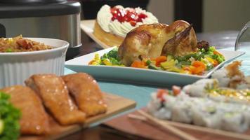 mesa com comida passar para frango