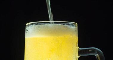 schiuma su un boccale di birra