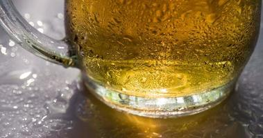 llamarada solar en una jarra de cerveza video