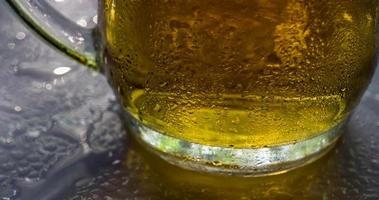 jarra de cerveza y gotas de rocío