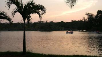 Menschen im Kanu im öffentlichen Park