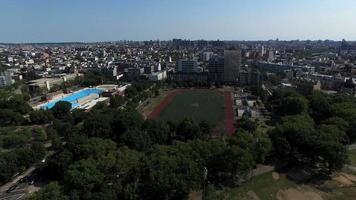 Luftdrift über Park & öffentliches Schwimmbad