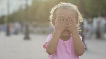 linda niña juega al mono en el parque público