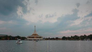 persone non identificate sulle barche del cigno nel parco pubblico del lago di suanluang rama 9.