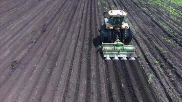 campo agricolo e trattore video
