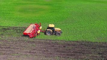 campo de agricultura y tractor video