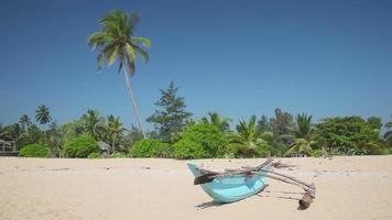 barca sulla spiaggia sabbiosa