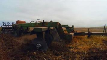 rimorchio del trattore che ara il campo agricolo