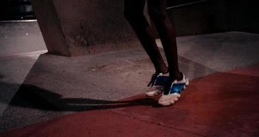 atleta afro-americana ocupada pulando corda para fazer exercícios