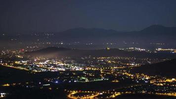 lasso di tempo della vita notturna in città circondata da montagne