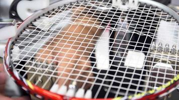 4 k imágenes de archivo de raqueta de bádminton tejida por el hombre, por máquina automática video