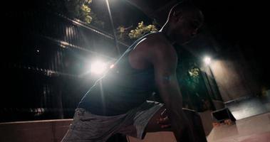 Ajuste la campana de la caldera de elevación afroamericana para el entrenamiento con pesas