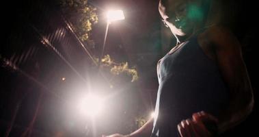 Plano medio de entrenamiento de bíceps de atleta decente afroamericano