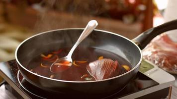 pera con líquido en la sartén.