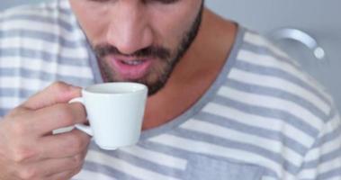 bell'uomo utilizzando tablet mentre beve il caffè