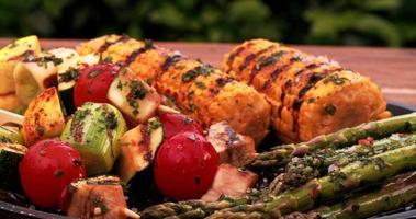 espetinhos de vegetais grelhados com milho e aspargos video