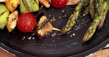 legumes grelhados em uma mesa de madeira vintage video