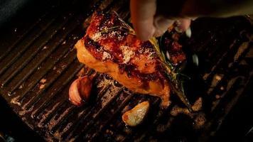 Fleisch in einer Pfanne mit Knoblauch und Rosmarin braten