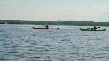 Kajaks zusammen paddeln