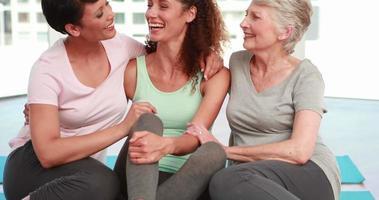 tre donne felici sorridendo alla telecamera