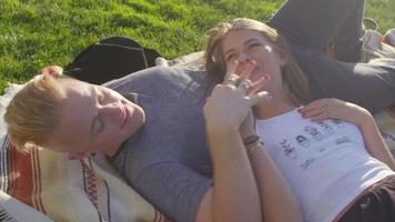 casal fofo ri junto