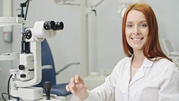 bella optometrista sorridere alla telecamera