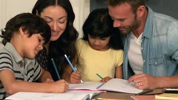 famille heureuse, dessinant ensemble